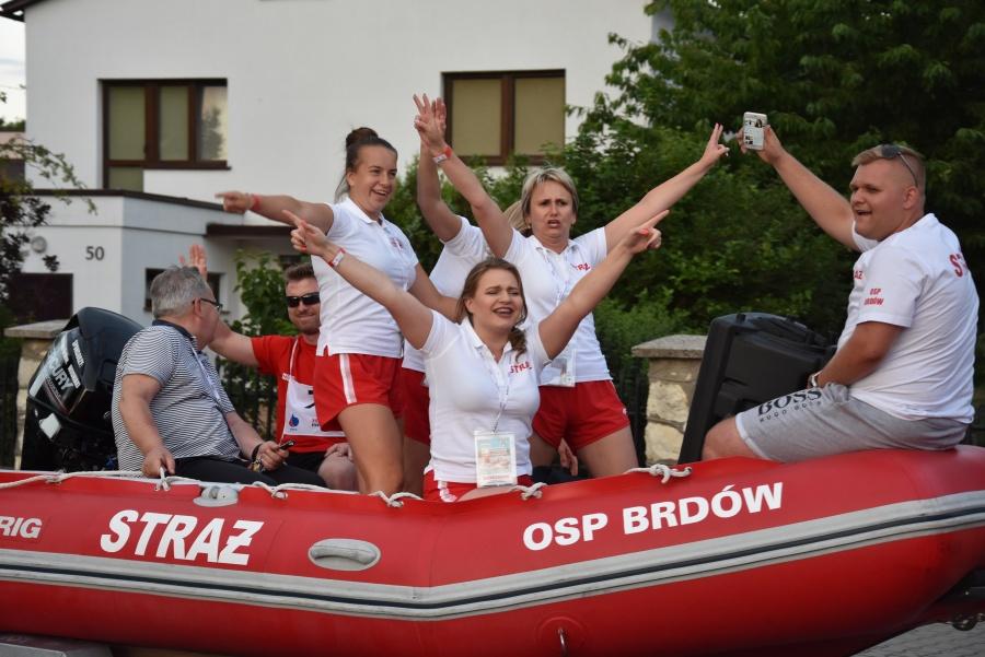 Pojazdy z łodziami przejechały ulicami Lichenia